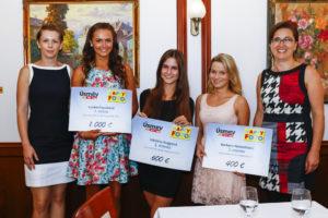 Vítězky loňské soutěže Úsměv s jednatelkou společnosti HappyFoto Michaelou Bílou Čížkovou a Annou Větrovskou, která má soutěž na starosti.